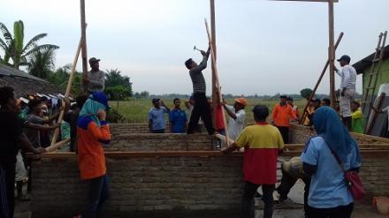 Gotong Royong Bangun Rumah Korban Bencana Angin Puting Beliung